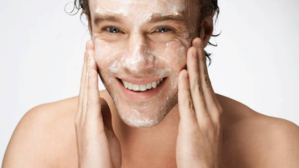 Nettoyer son visage homme avec un gommage